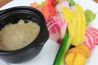 アンチョビ風味の暖かいソースと共に鎌倉野菜をお召し上がりください。