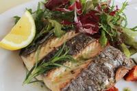 地元だから使える新鮮魚の贅沢な一品。 食欲そそるにんにくとハーブで香ばしいオーブン焼きにしました。