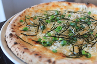 湘南の釜揚げしらすを使ったシンプルなピッツァ! ブレンドチーズ、しらす、ネギ、海苔といったシンプルピッツァですが、しらすの塩分が癖になるリピート率のお高いピッツァです!