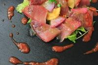 漁師町ならではの贅沢!本日とれたての鮮魚を自慢の特製ソースでどうぞ。 いろんなお魚を試したい方は、鎌倉野菜とお刺身サラダがオススメです!