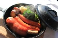 厳選したソーセージと朝採れの新鮮な鎌倉野菜を薪釜でじっくり焼き上げました!熱々のうちにお召し上がりください。