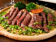 火入れにこだわって柔らかく焼き上げてくれる人気メニュー。口の中でとけるような食感が食べる者を魅了してやみません。画像は赤身が多く、さっぱりとした味わいのランプステーキです。