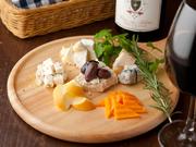 ワインバーの定番メニュー。4種類のいろいろな味わいのチーズをワインと一緒に楽しめます。チーズはイタリア産がメインで、イタリア産ワインとのマリアージュが秀逸です。