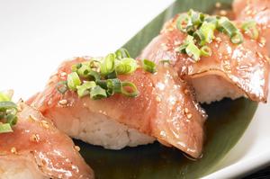 サッと炙った大トロ肉を贅沢に使った『和牛炙り握り』