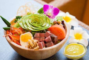 『牛肉コブサラダ』は7種類のドレッシングから選んで