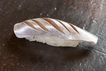東京の江戸前そのままのお寿司を沖縄で。塩と酢の程よいバランスが決め手の『こはだ』
