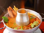 本場の鍋と厳選香辛料を使用。ハーブ香る湯気が食欲をそそる『トム・ヤム・クン』