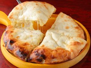 焼きたてナンの中からあふれるチーズ! そのまま何枚でもいただきたくなる『チーズナン』