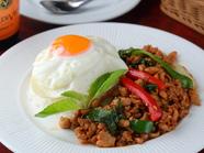 タイ料理のベストセラー。バジルの香り豊かな『ガイ・パッ・パイ・ガパオ・ラーカオ・カイダオ』