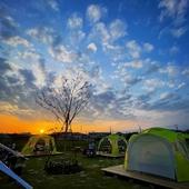 テラス席&開放的なテントブースがあり、まるでキャンプ気分