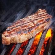 200gじゃ物足りない!方にお勧め!お肉好きにはたまりませんね。このボリュームでこの価格。鉄板からはみでそうです。USビーフの美味しいお肉です。BBQソースは美味しいと大絶賛です。