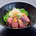 宮崎牛の中でも肉味の濃い部位だけを使用した『ローストビーフ丼』