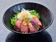 肉質はやわらかく、噛めば噛むほどに肉汁の旨みが溢れ出てくる〆の逸品。特製の玉ねぎソースは、ガーリックライスとの相性抜群です。