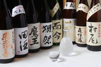 日本酒・焼酎は各50~70種類と品揃え豊富。全国各地から選りすぐりの銘柄を用意しています。