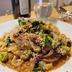 たっぷりのニンニク、アンチョビ、柚子七味で味つけしたオリーブオイルに肉厚の茸がゴロゴロ入ってる一品です。