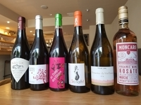 グラスワインはフランス、イタリアのビオワインを中心にご用意しております。価格は900~1500円でご用意しております。