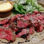 国産の牛豚のあらびき肉に淡路玉ねぎを練り込んだハンバーグはしっかりとした歯ごたえで、一口食せばジュワっと肉汁があふれます。仕上げにモッツアレラチーズとスカモルツァチーズを使った当店ならではの一品です。