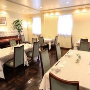 店内は広々としていますが、一つひとつのテーブルが落ち着いた空間として確立し、ファミリー、グループで楽しく食事を楽しめます。10名、20名と人数に応じて部屋を用意してくれます。最大40名まで。