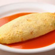 トマトベースリゾットを3つ分の玉子で包みます。開発に1年半を要した、ほどよい酸味とあっさりした味わい。