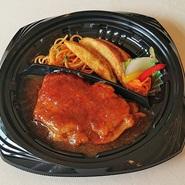 しっとりと焼き上げた国産鶏もも肉を精養軒特製の醤油ベースのエスニックソースで仕上げております。甘辛い味わいはごはんにも合う1品。一度食べたらやみつきになります。
