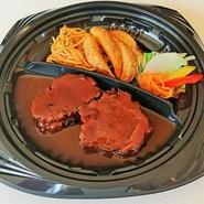 フランス産の骨付き鴨もも肉をハーブと塩で一晩漬け込み、8時間低温で煮込み旨みをじっくりと閉じ込め、仕上げにお肉を仕上げに香ばしく焼き上げております。ワインにもあう1品です。