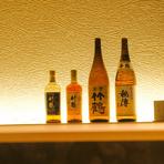 焼鳥と相性の良い美酒を厳選。日本酒は季節ごとに常時入替え、運が良ければ、上質な隠し酒に出合うこと出来ます。ウイスキー「竹鶴」をはじめ、焼酎にワインなど充実のラインナップで心地良いお酒を楽しめます。