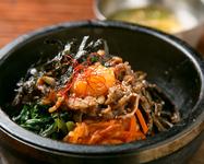 おこげが美味しい熱々ピビンバ。スープ付き。/甘辛く煮込んだ牛すじが絶品。/美味辛牛肉スープのクッパ。