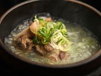 大仙名物。じっくり長時間煮込んだ伝統の味の国産牛テールスープ。透明感のある塩味で、焼肉との相性抜群です。コラーゲンたっぷりで女性におすすめ。