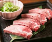 タンの根元の部分だけを極厚にカットした食べ応えのある贅沢な牛タン。弾力がありながら柔らかく、食べやすいのが特徴です。岩塩とレモンでさっぱりといただけます。