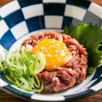 大仙伝統の味。もも肉を使用した昔ながらの赤身ユッケです。卵黄と絡めていただくとまさに絶品。濃厚な美味しさと滑らかな食感がたまりません。『とろろユッケ』もおすすめ。