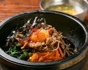 おこげが美味しい熱々ピビンバ。スープ付き。/とろろ+自家製たれのユッケのせ。/甘辛く煮込んだ牛すじが絶品。/美味辛牛肉スープのクッパ。