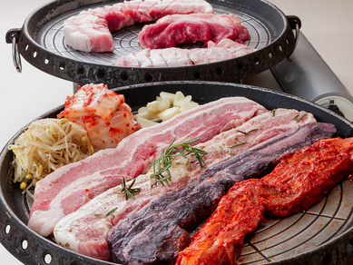 様々な味を楽しむ三元豚サムギョプサル! ※スタッフがテーブル上で焼き上げます!