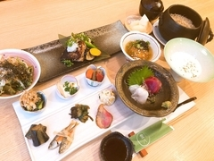 その日市場で仕入れた魚や野菜を取り入れて季節感あふれるお料理が楽しめます。