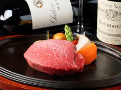 霜降り黒毛和牛のステーキ、サーロイン120gまたはフィレ100gが選べる