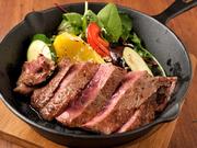 寝かせてやわらかくしたお肉をサッパリとしたおろしでいただけます。付け合わせの旬の新鮮な野菜もたっぷり。鉄板で焼かれたジューシーな肉の旨みが口いっぱいに広がります。