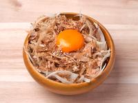 丸太の上に敷き詰められた、熟成生ハム「ハモンセラーノ」。さっぱりとした味わいと柔らかな食感が特徴!