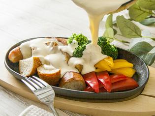 音や香りなど、五感で楽しめる『焦がしチーズの肉レット』