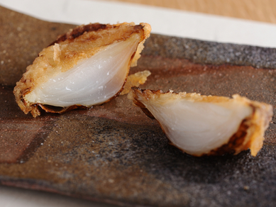 旬の甘みを引き出した『新玉葱の天ぷら肉味噌添え』