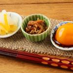 『TSUKUMO定食』の「ご飯のお供」。あると嬉しい3品は、思わず箸が進むものばかりです。ブランド卵の卵黄の醤油漬けや山椒しらす、柚子大根など、時期に応じて内容は変りますが、こだわりのあるお供です。