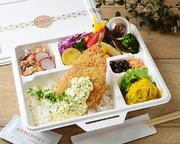 肉厚の大判アジフライがどーんと一枚! 旬お野菜を含めたグリルお野菜がたっぷりと入った、栄養バランスも抜群のお弁当。