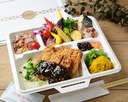 愛知県は、西尾市のはとや味噌を使用した味噌ダレ、名古屋名物味噌カツをお弁当に。10種のグリル野菜とともにバランスのとれたお弁当です。