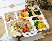 栄養価の高いお豆をたっぷりと入れた自家製のドライカレーにたっぷりお野菜、ヘルシーかつ満腹なお弁当です。