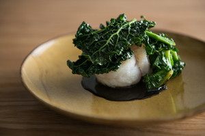 魚介、野菜、ソース。三位一体の美味しさに感動する『舌平目 黒キャベツ プチヴェール』