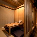 4名の個室が3部屋あり、仕切りを外すと16名様で使用できます。手前の座敷席も合わせればさらに大人数の宴会にも対応可能。貸切の場合は約60名様位までとなります。