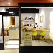 長野駅から徒歩5分。善光寺への表参道に位置し、カフェスタイルの外観がひときわ目立つお店。昼は大窓からの光が満たす店内。本場のお蕎麦とお酒で大人の美食時間を。