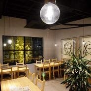 白い壁、白木のテーブルなど、ナチュラルなテイストでまとめられた内装。清潔感があり、大窓から陽光が差し込む明るい店内は誰にとっても気持ちいいスペース。