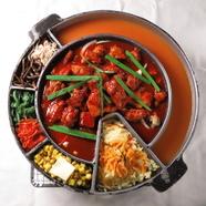 博多名物のもつ鍋や水炊き、海鮮、焼き鳥なども味わえます。居酒屋×バルの新コンセプトダイニング誕生!