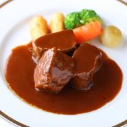 肉・魚介・野菜とも高品質な食材を厳選し、味の良さを保つため、可能な限り冷凍はゼロに。昭和23年創業時のレシピを守っているので、初めて食べても、どこか懐かしい味わい。銀座の洋食を堪能できます。