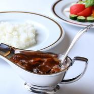 フランス料理を日本人の舌に合うようにカスタマイズした洋食。その誕生時の内装を継承した店内は、テーブルをゆったり配置し、心から和める雰囲気。金線の縁取りが美しい皿、シルバーのカトラリーも彩りを添えます。