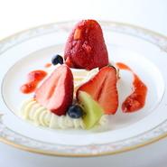 12月~5月頃にお楽しみいただける季節のスペシャリテ・デザート。甘味と酸味のバランスが絶妙の大粒いちご「アイベリー」をたっぷり使った贅沢&ボリューミーな一皿。ベースのブランデーケーキとの相性も抜群。